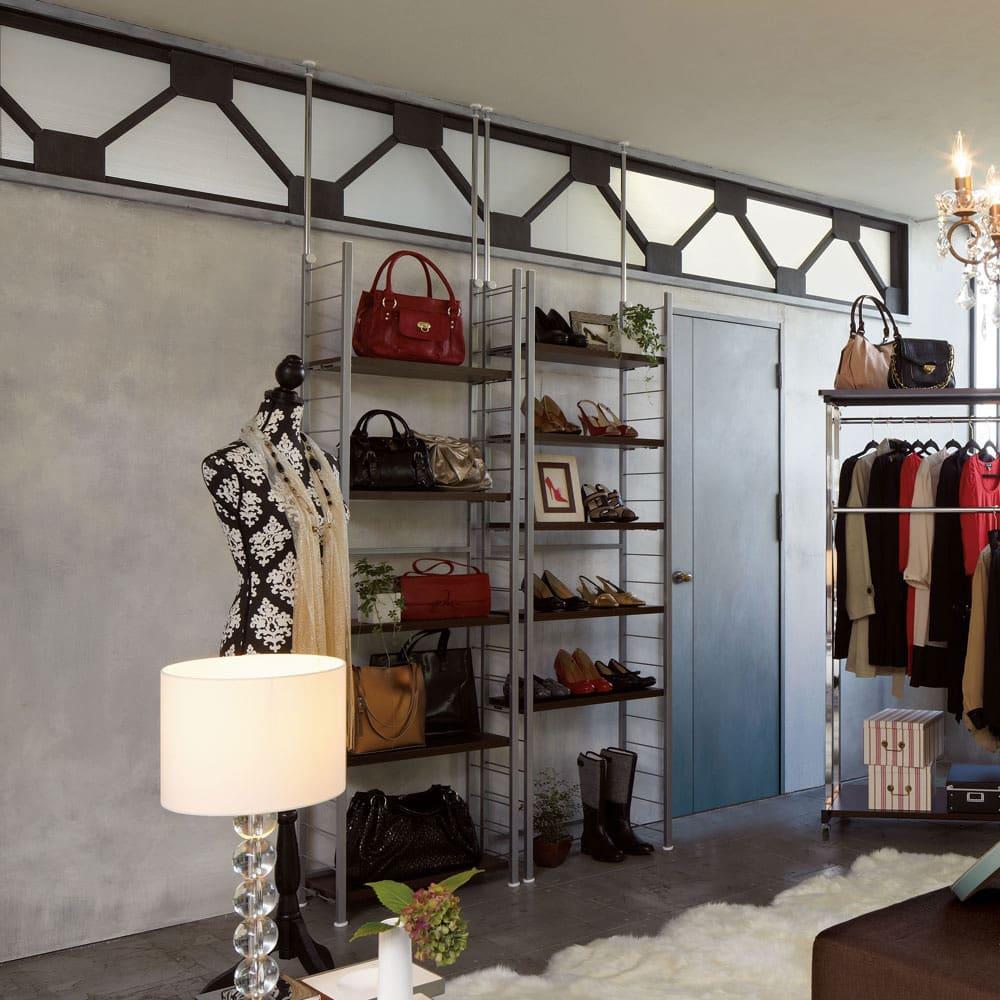 突っ張り式高さ調節シリーズ シェルフラック 幅60奥行30cm ≪使用見本≫収納物に合わせて棚板の位置を変えられます。
