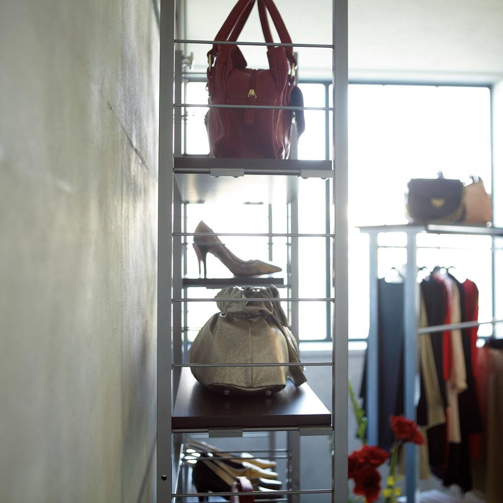 突っ張り式高さ調節シリーズ シェルフラック 幅60奥行30cm ≪使用見本≫お好みのバッグもディスプレイ収納。