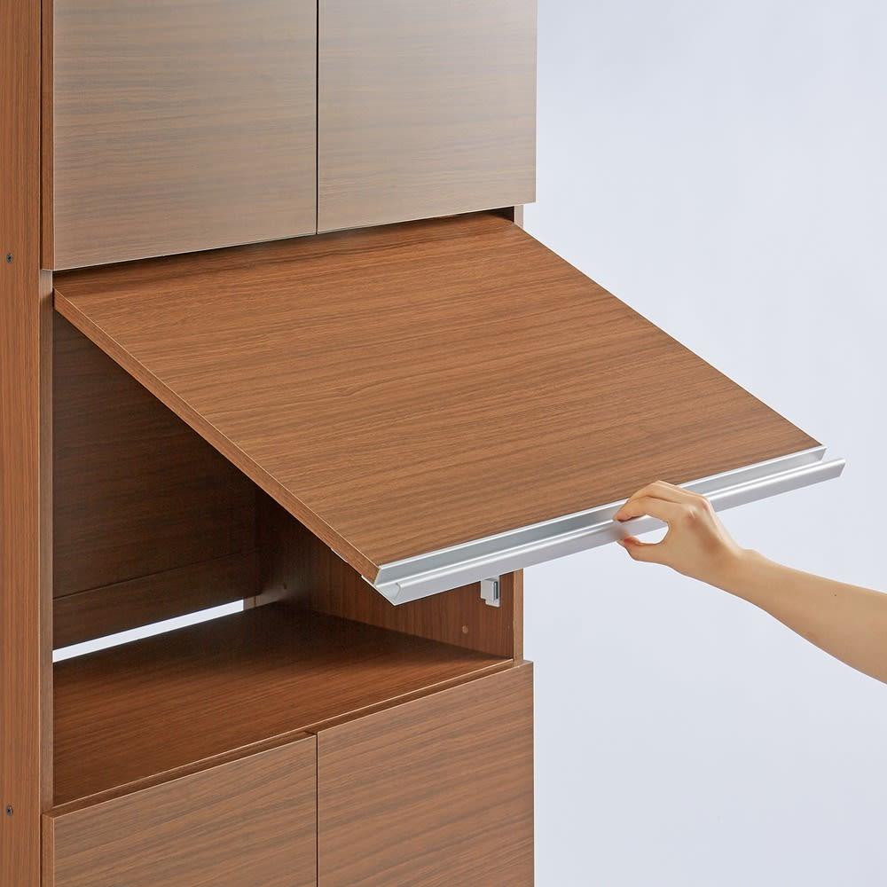 1台で収納もワークスペースも!PC周りすっきりデスク 幅60cm パソコン収納部の開閉は、フラップ扉でスムーズに。