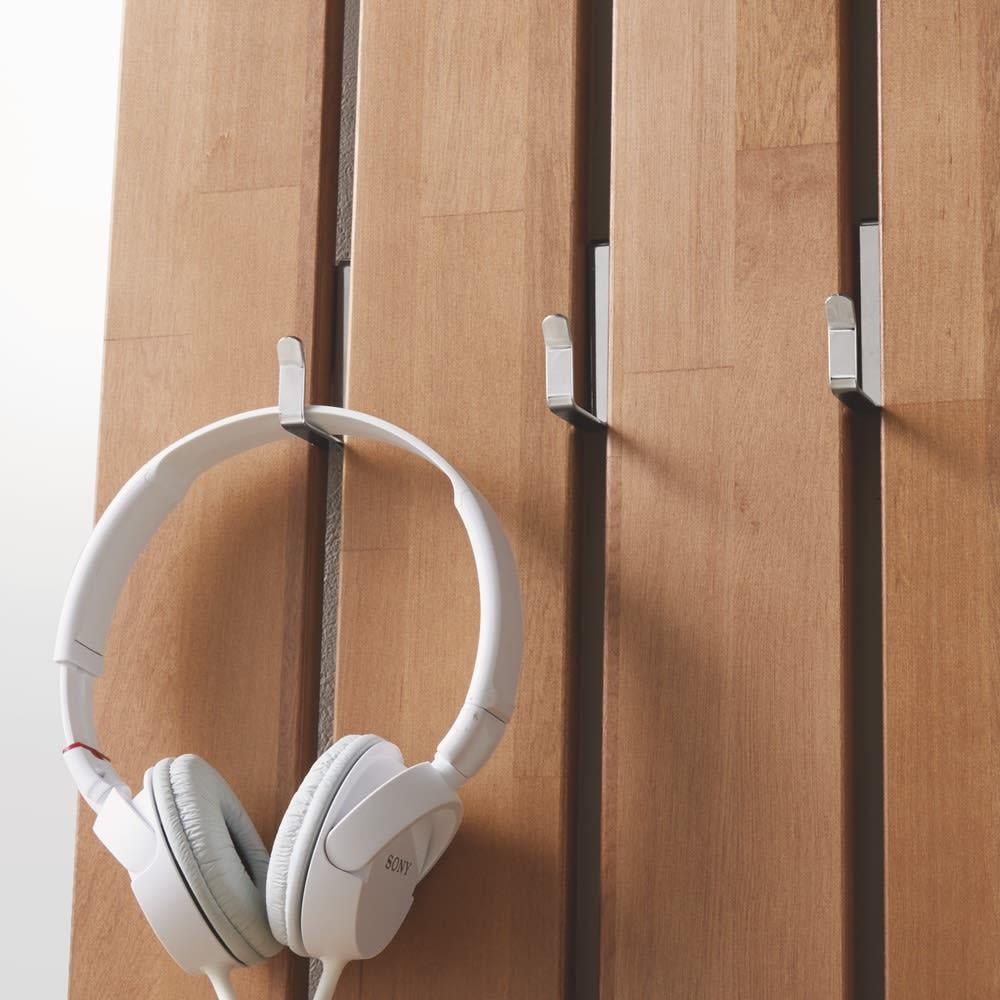 金具がきれいに隠せる 天然木突っ張りウォール 幅62cm 小物掛けに便利なフック付き。