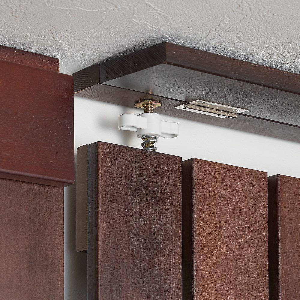 金具がきれいに隠せる 天然木突っ張りウォール 幅62cm 金具は突っ張り板と蝶番で繋がっている板できれいに隠せます。