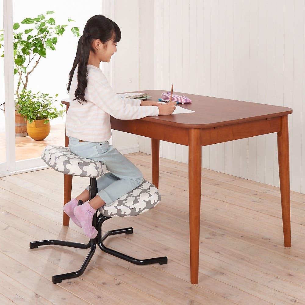バランススタディチェア 座ると自然に背筋がすっきり伸びて背骨をS字にキープ。子供の頃から正しい姿勢が身に付くチェアです。