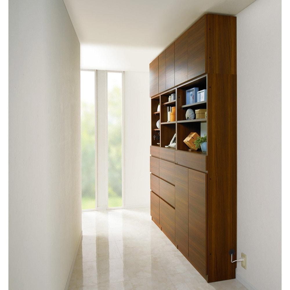 スイッチ避け壁面収納シリーズ スイッチよけタイプ(上台オープン・下台扉)幅45cm奥行30cm コーディネート例(ウ)ウォルナット 奥行30cmの薄型を使用して、廊下を収納スペースに。※天井高さ230cm