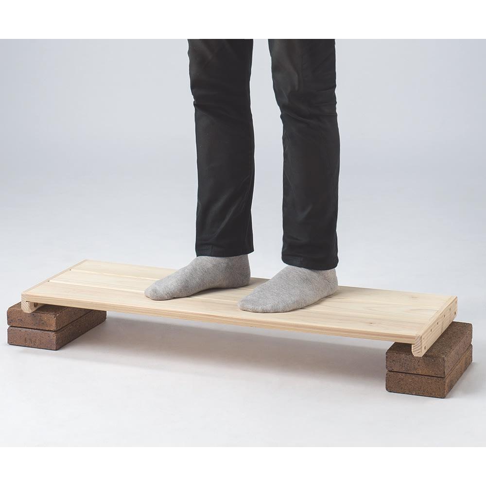 国産檜 頑丈突っ張りシェルフ 幅75奥行29cm(天井対応高さ188~252cm) 人が乗っても折れない頑丈さ。(写真はイメージです)