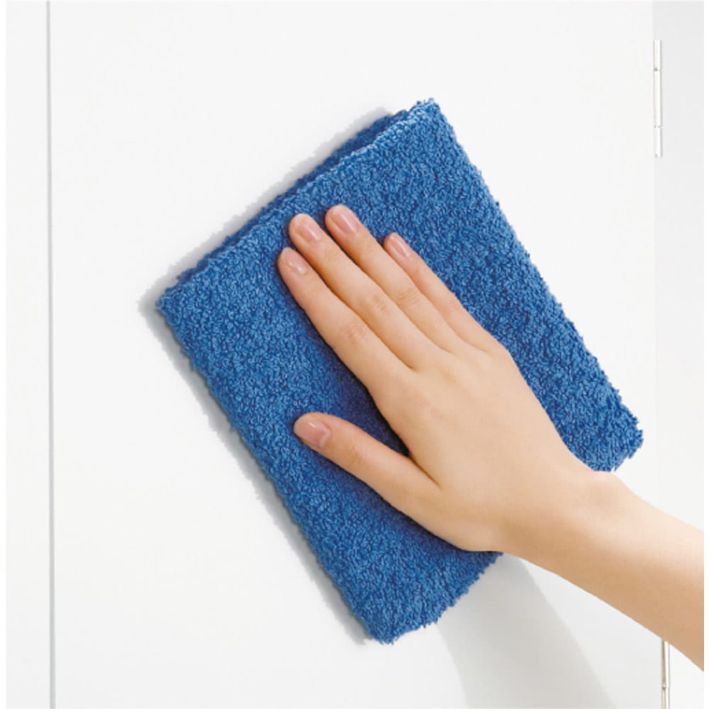 効率収納できる段違い棚シェルフ [本体 板扉タイプ 開き戸 幅90cm] 奥行32.5cm 高さ180cm ホワイトの前板はお掃除が楽なポリエステル化粧。