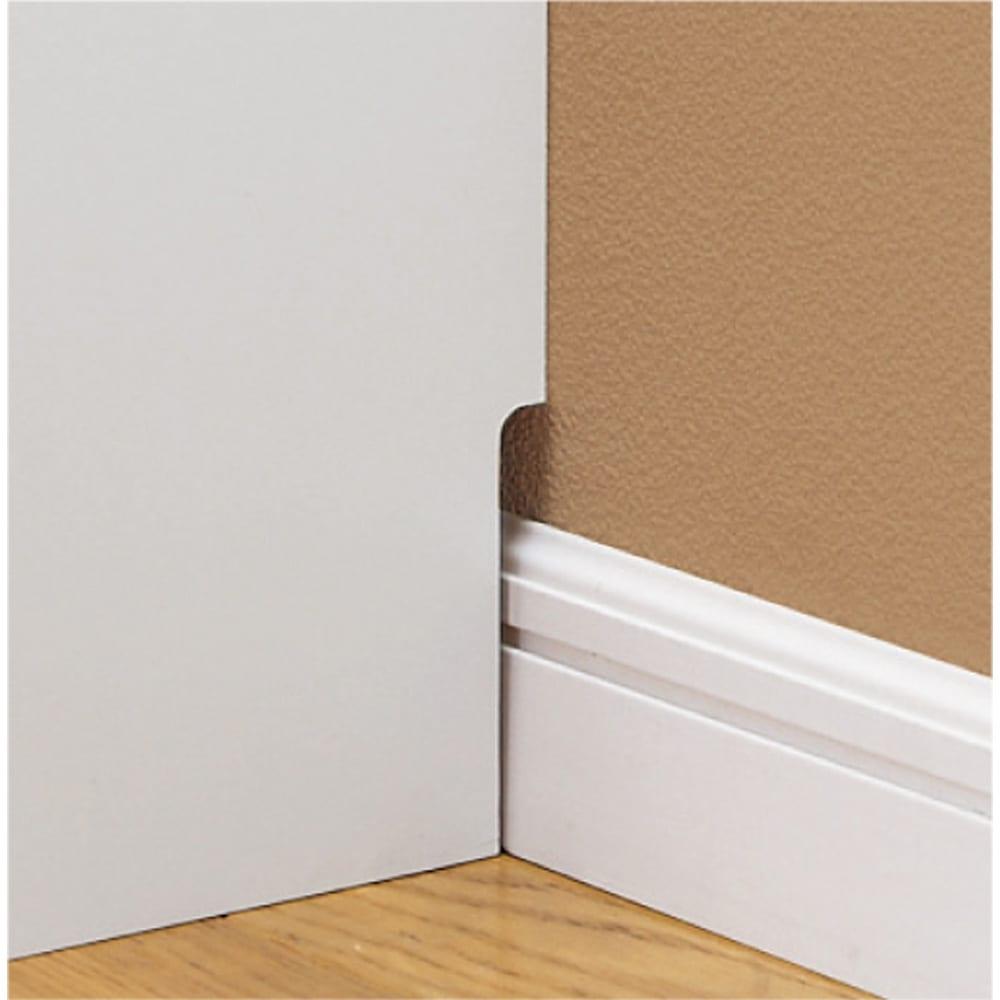効率収納できる段違い棚シェルフ [本体 ミラー扉タイプ 開き戸 幅90cm] 奥行32.5cm 高さ180cm 幅木対応(8×1cm)で壁にぴったりと設置可能。