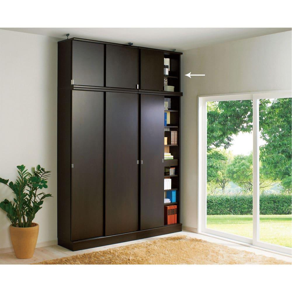効率収納できる段違い棚シェルフ [突っ張り上置き 板扉タイプ 引き戸 幅75.5cm] 上置き高さ54.5cm (イ)ダークブラウン 本体幅75.5cmと90cmと上置き幅75.5cm、90cmの組み合わせ例です。