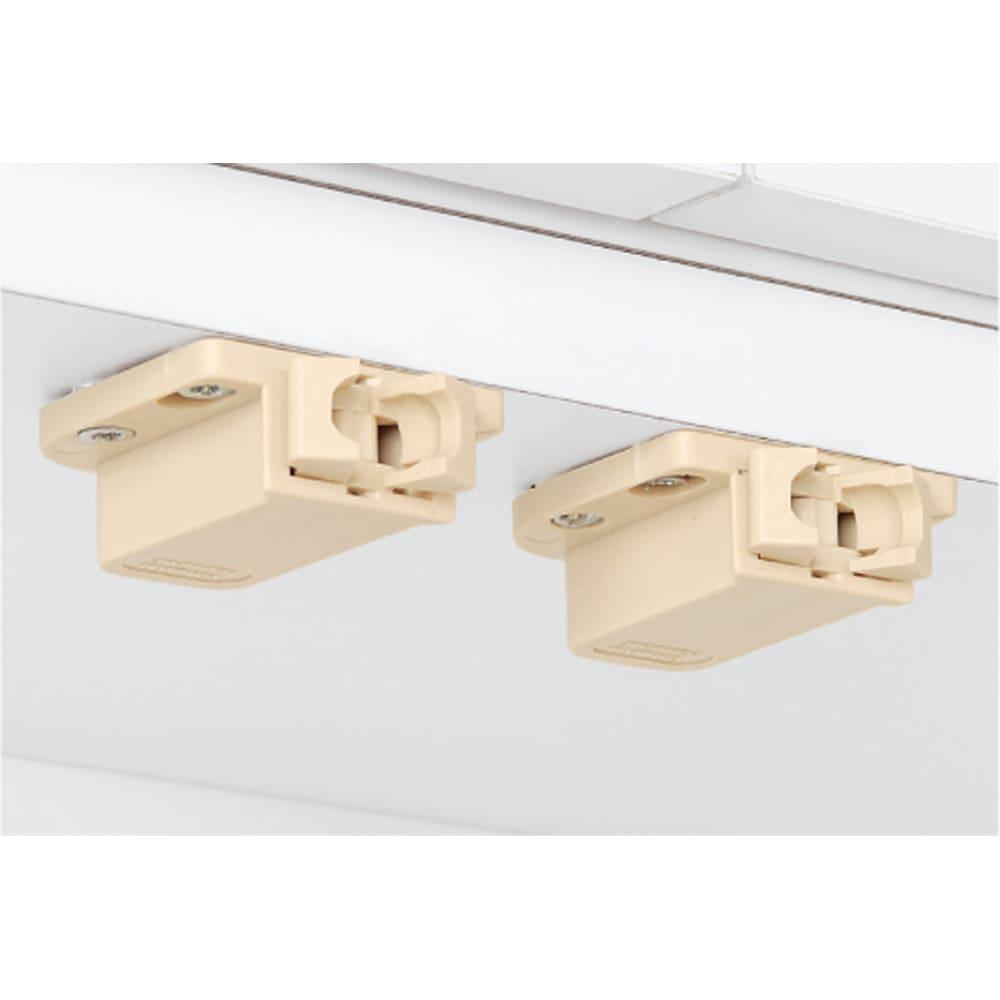 天井突っ張り式壁面ラック 扉タイプ上置き付き 幅90奥行32本体高さ235cm 扉は震動で開きにくいプッシュラッチを使用。