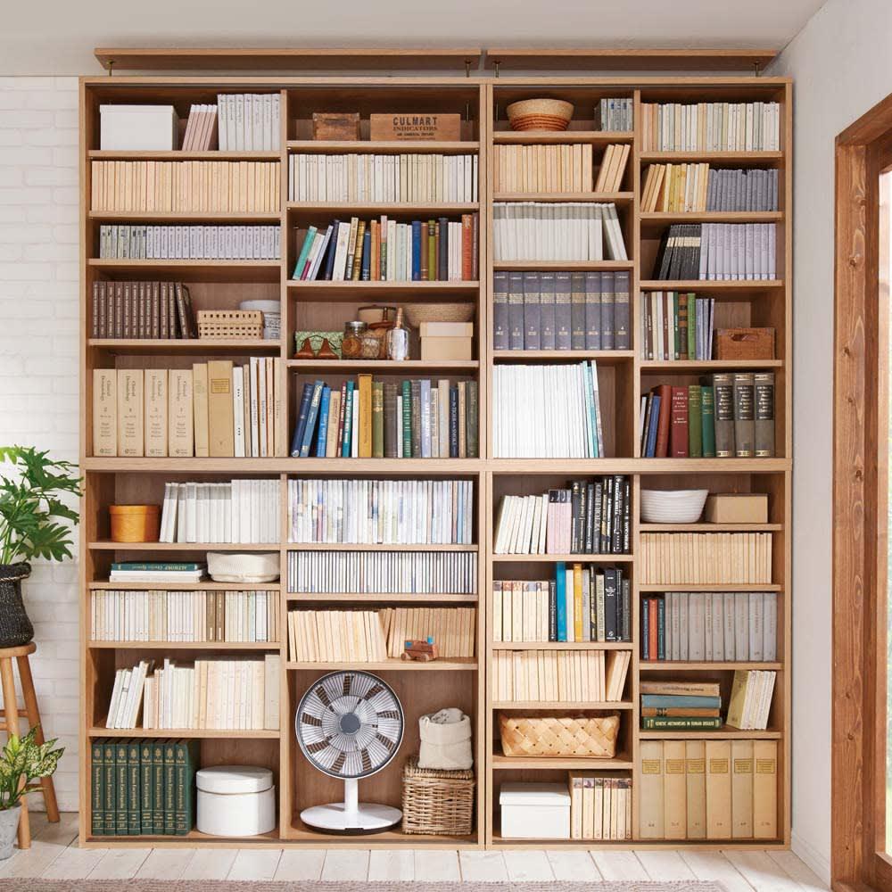 大量収納が自慢の引き戸式本棚 幅120本体高さ228cm 奥行40cm 収納棚は高さを調整できるので小さい文庫本、CDから大判の本まで、スペースを無駄にせず美しく収納することができます。 ※(ア)ブラウン 左から幅120cm高さ228cm、幅90cm高さ228cmタイプになります ※天井高さ240cm ※扉を外して撮影しています