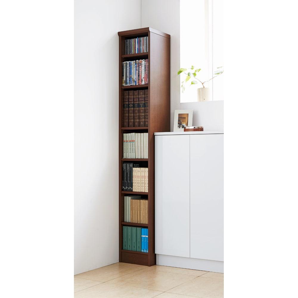 色とサイズが選べるオープン本棚 幅44.5cm高さ117cm 使用イメージ(ウ)ブラウン ちょっとしたすき間も逃さず収納スペースに。