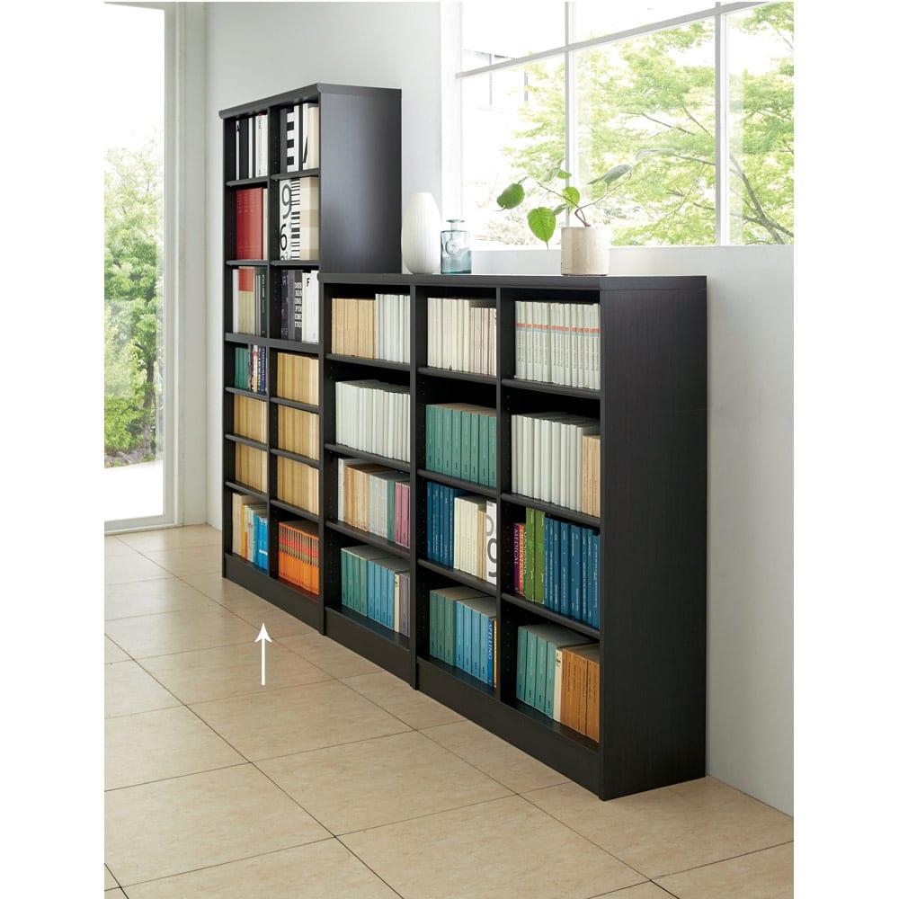 色とサイズが選べるオープン本棚 幅86.5cm高さ178cm 使用イメージ(エ)ダークブラウン 奥のハイタイプが対象商品です。
