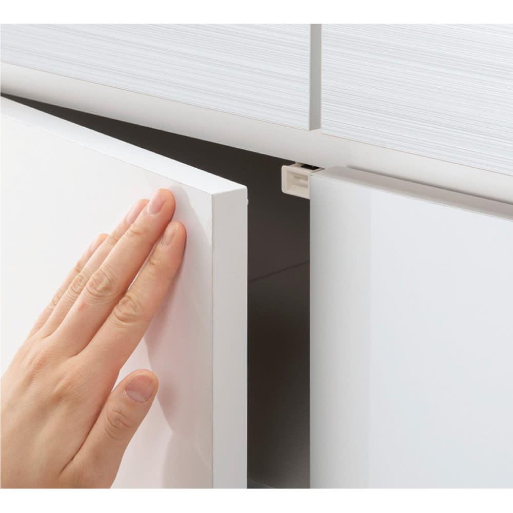 モダンブックライブラリー 天井突っ張り式 キャビネットタイプ 幅80cm キャビネットの扉はワンタッチで開くプッシュ式。