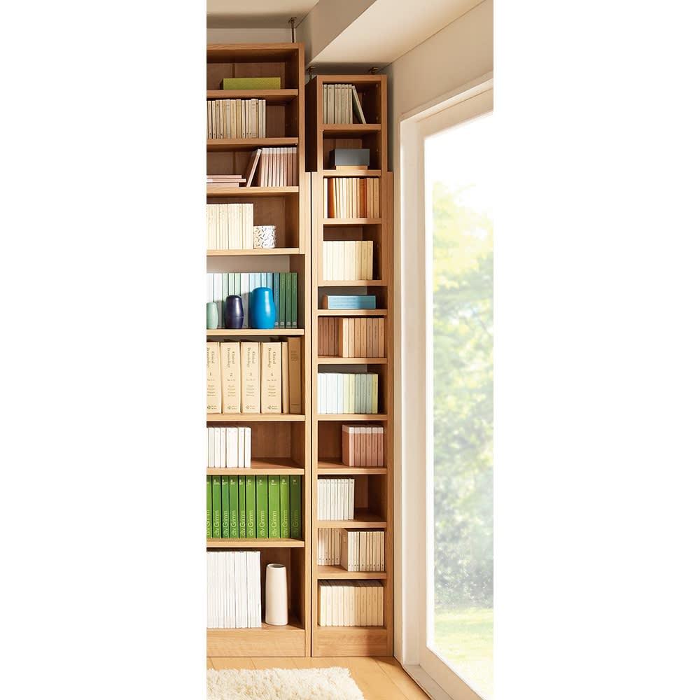 1台で壁いっぱいに本を収納!本好きのための壁面つっぱり本棚 幅オーダー(1cm単位) 本体幅30~45奥行17cm 使用イメージ(ア)ブラウン(木目調) ※写真の天井高さ230cm ※写真は奥行29.5cmタイプ