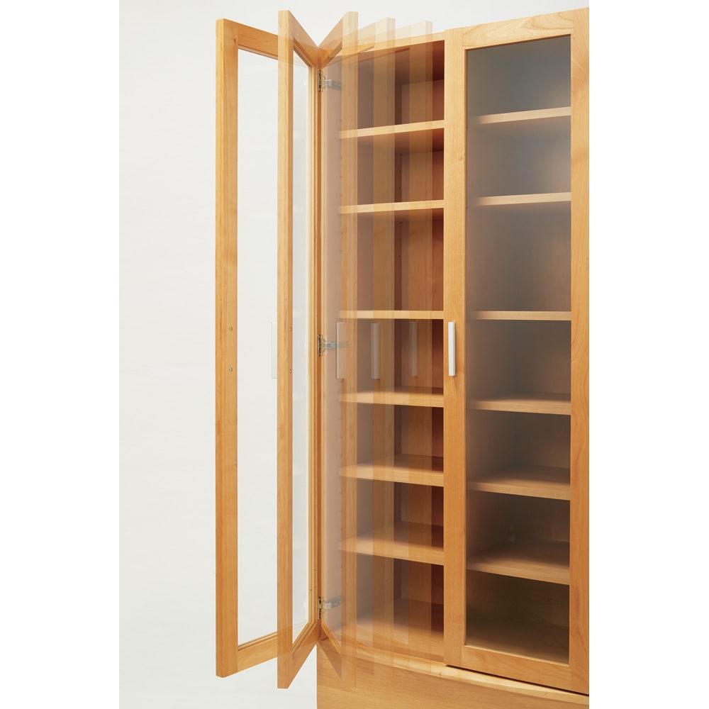 アルダー天然木頑丈書棚幅77奥行42ハイタイプ高さ180cm ガラス扉は静かに閉まるソフトクロージング仕様。内部のダンバーの動きで扉がゆっくりと閉じて、本の出し入れが静かにスムーズにできます。お子さまのいるご家庭にもおすすめです。