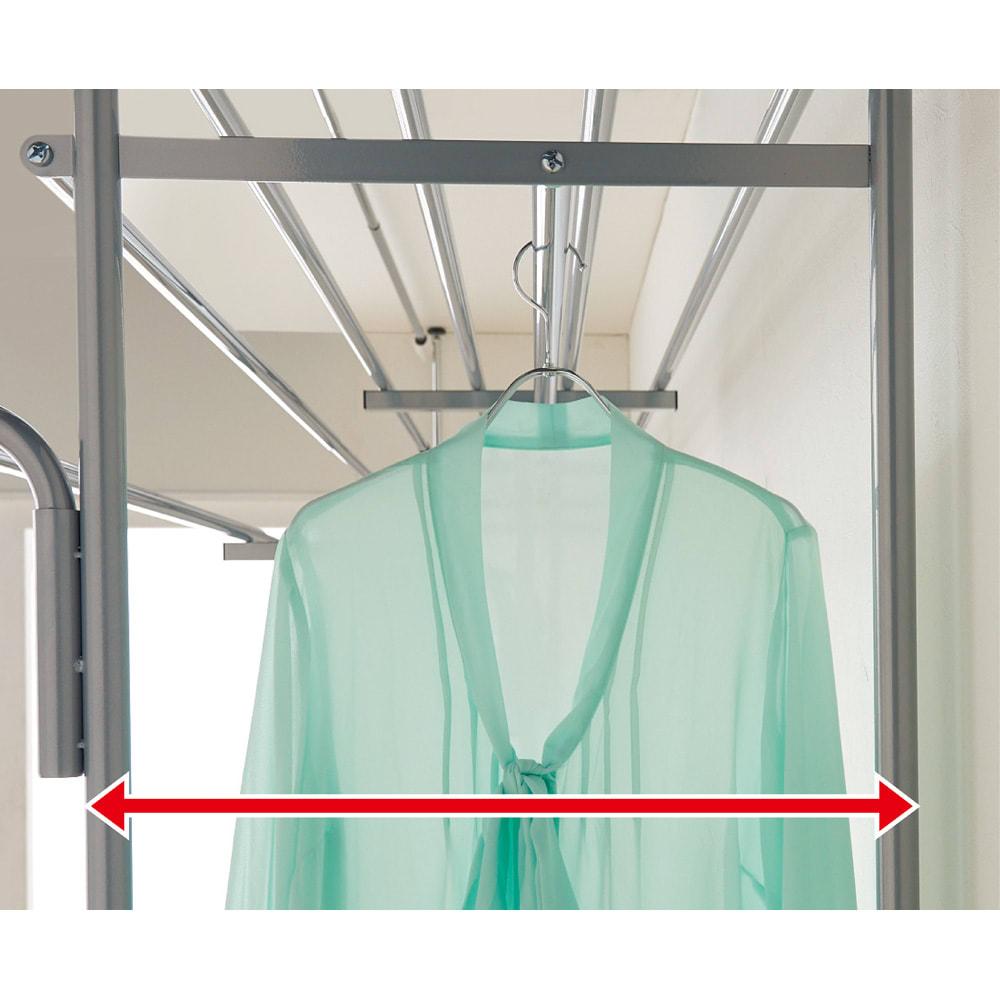 奥行53cm 上下カーテン付き突っ張り頑丈ハンガーラック ロータイプ・【超ワイド】幅260~340cm 洋服を掛けるのにぴったりの奥行なので服の肩がぶつからずスッキリ。