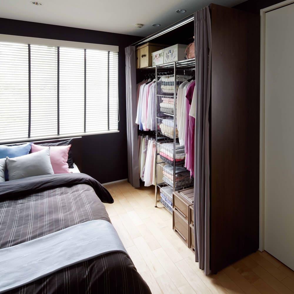 カーテン付き アーバンスタイルクローゼットハンガー 引き出しなし・幅117~200cm対応 カーテンの開閉なのでベッドサイドにも設置できます。写真は引き出し付きタイプです。
