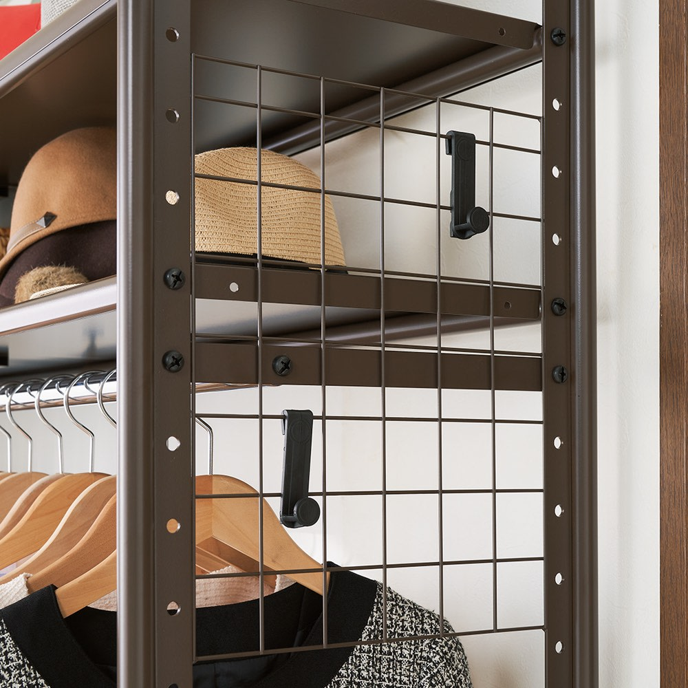 頑丈フレキシブル伸縮ラック 幅83~125cm 小物類が掛けられるメッシュパネルは左右どちら側にも付けられます。