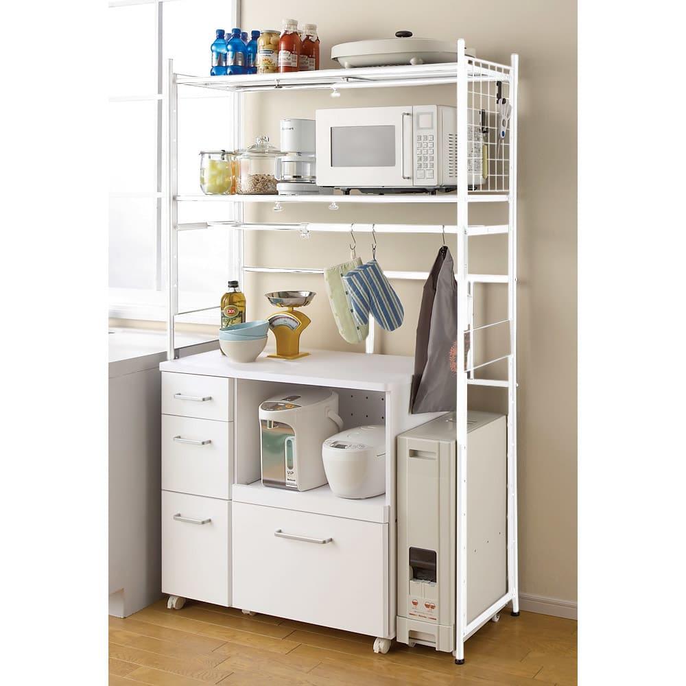 頑丈フレキシブル伸縮ラック 幅103~160cm (イ)ホワイト キッチン収納としても便利です。頑丈な棚なのでレンジ台にもお使いいただけます。※写真は幅83~125cmタイプです。