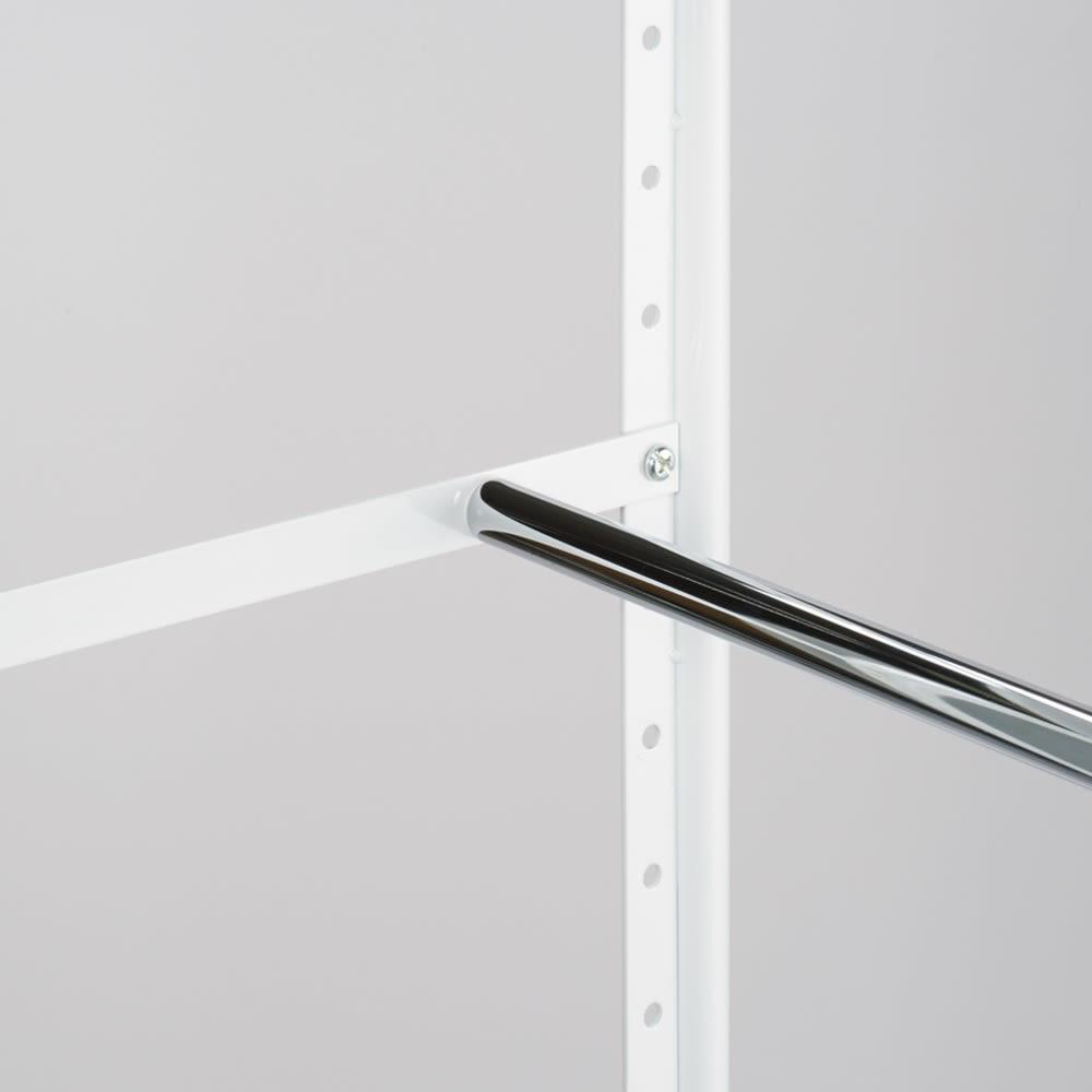 頑丈フレキシブル伸縮ラック 突っ張り式・幅83~125cm 棚板とハンガーバーは、5cm間隔で設置可能。