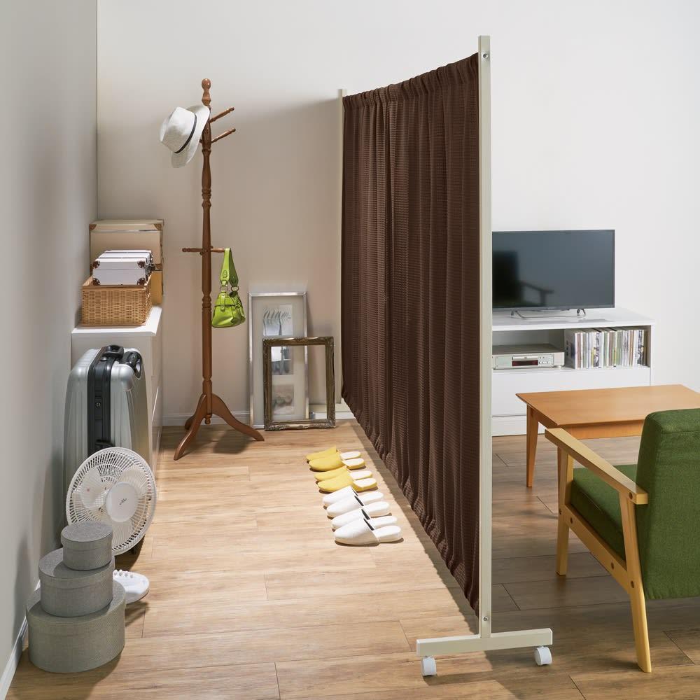 場所を選ばない伸縮パーテーション ロータイプ 幅140~240cm 使用イメージ(イ)ブラウン お部屋の一角にクローゼットスペースが完成! ※写真はハイタイプ幅229~304cmです。