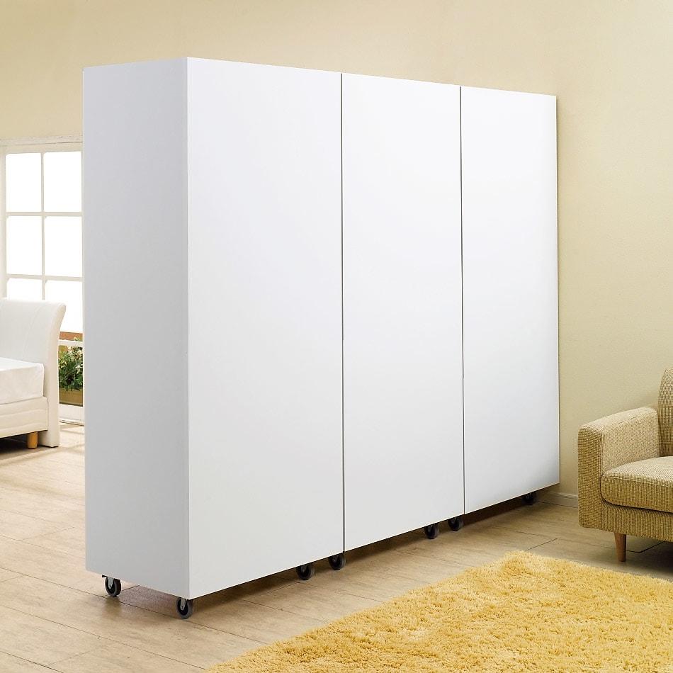 移動式間仕切りクローゼット 板扉タイプ・可動棚板4枚 (イ)ホワイト 部屋に圧迫感を与えない、ホワイト色の背面イメージ。(※写真は3台並べて撮影しています。)