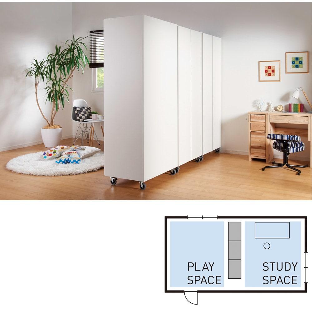 移動式間仕切りクローゼット 板扉タイプ・可動棚板4枚 上の子が小学生になったら、動くクローゼットで部屋を2分割して勉強に集中できるスタイルに。