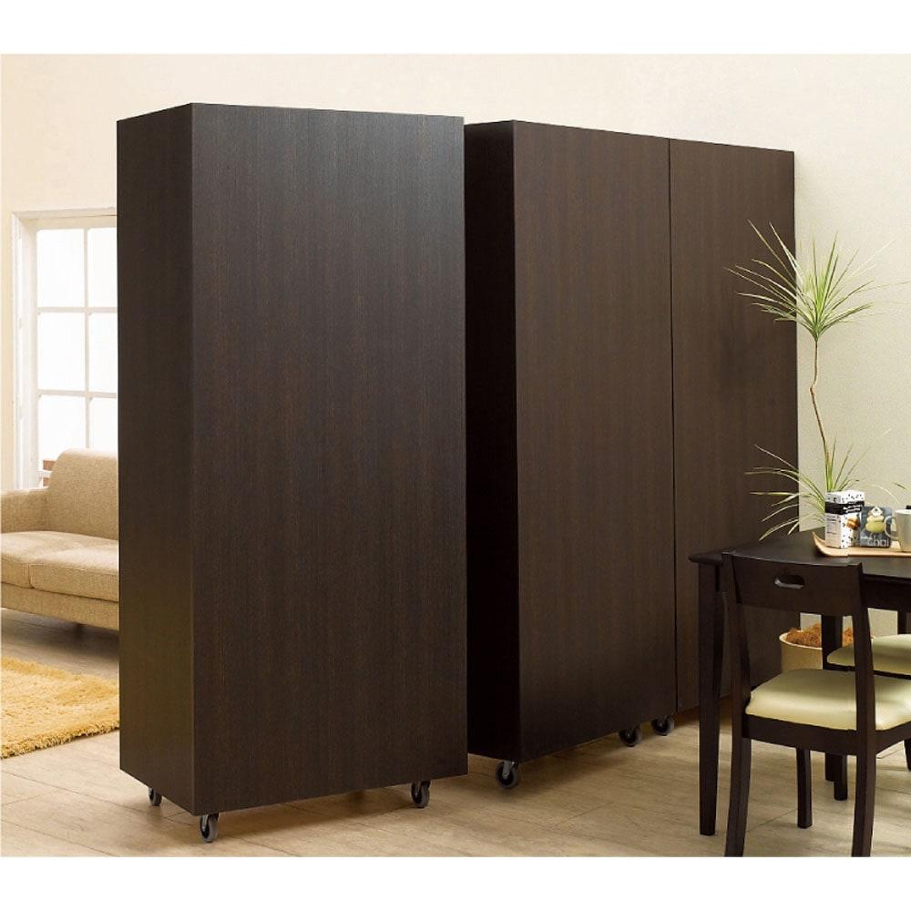 移動式間仕切りクローゼット 板扉タイプ・可動棚板4枚 (ア)ダークブラウン モダンな印象を持つダークブラウン色の背面イメージ。(※写真は3台並べて撮影しています。)
