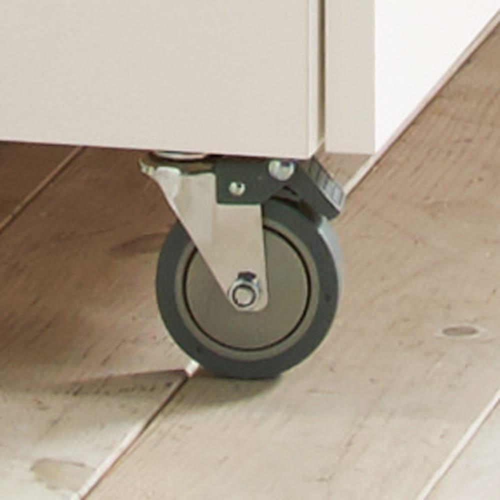 移動式間仕切りクローゼット 板扉タイプ・可動棚板4枚 頑丈なキャスター。扉側の2個はストッパー付き。