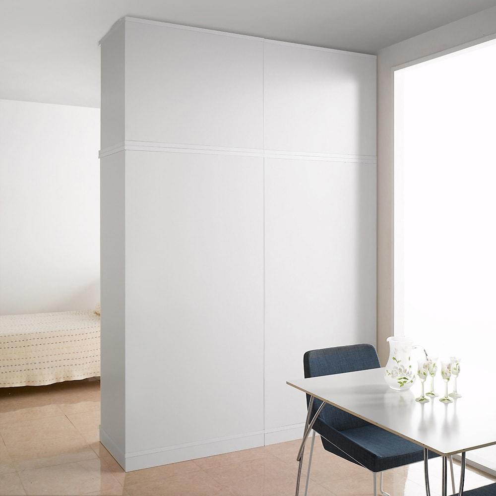 引き戸間仕切りワードローブ ハンガー+棚・幅88cm ホワイトの間仕切りだと、まるで部屋の壁面みたいです。