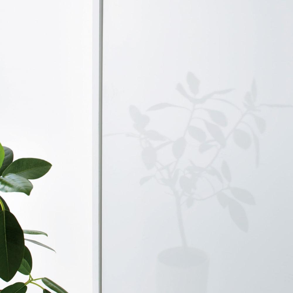 衣類をまとめて収納できる光沢仕上げタワーチェストクローゼットハンガー 幅150cm 前面は光沢のあるポリエステル合板を使用しています。