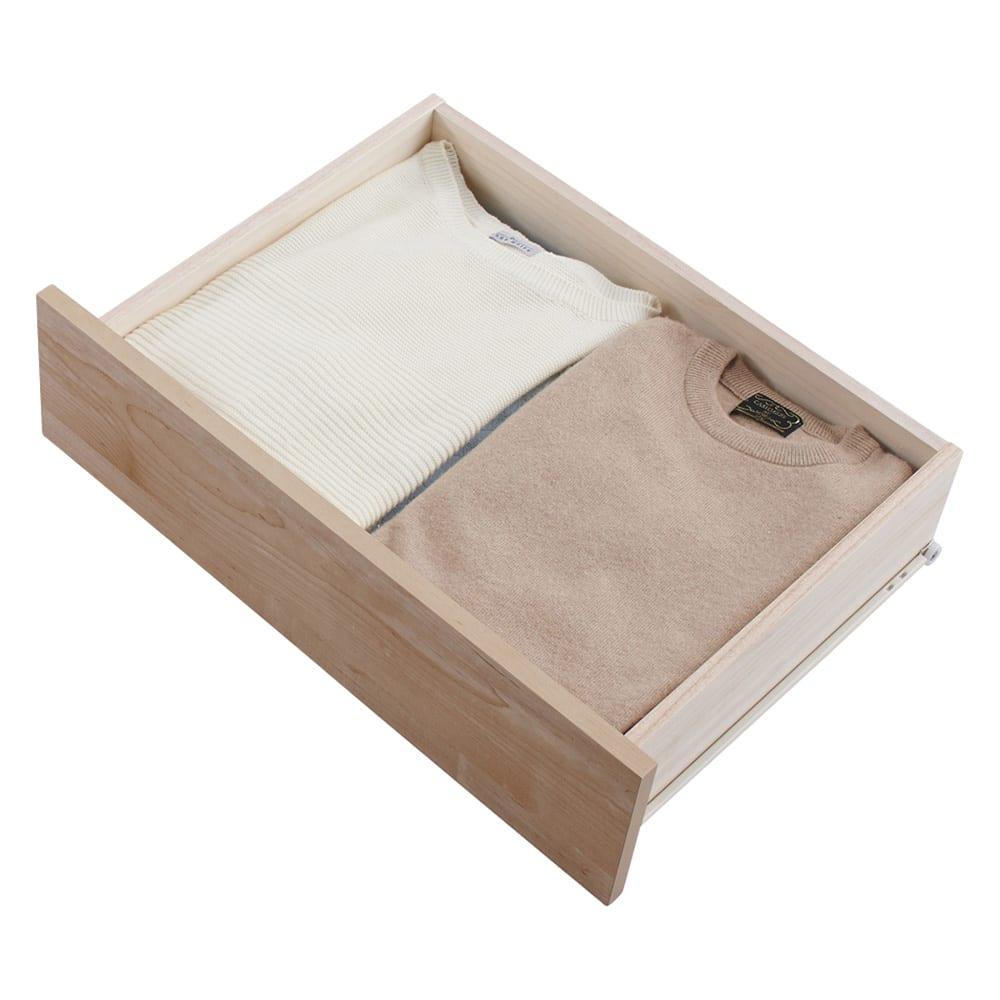 頑丈天板を賢く活用!ワイドクローゼットチェスト 5段・幅120cm たたみものの服は横に約2枚収納できます。