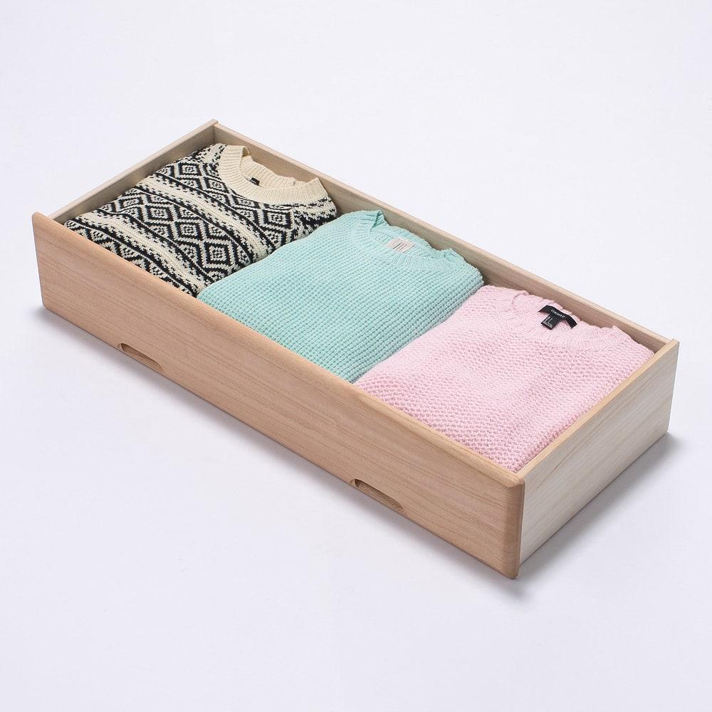 柿渋仕上げの総桐モダンチェスト 幅100cm・6段 大引き出しの洋服収納例。