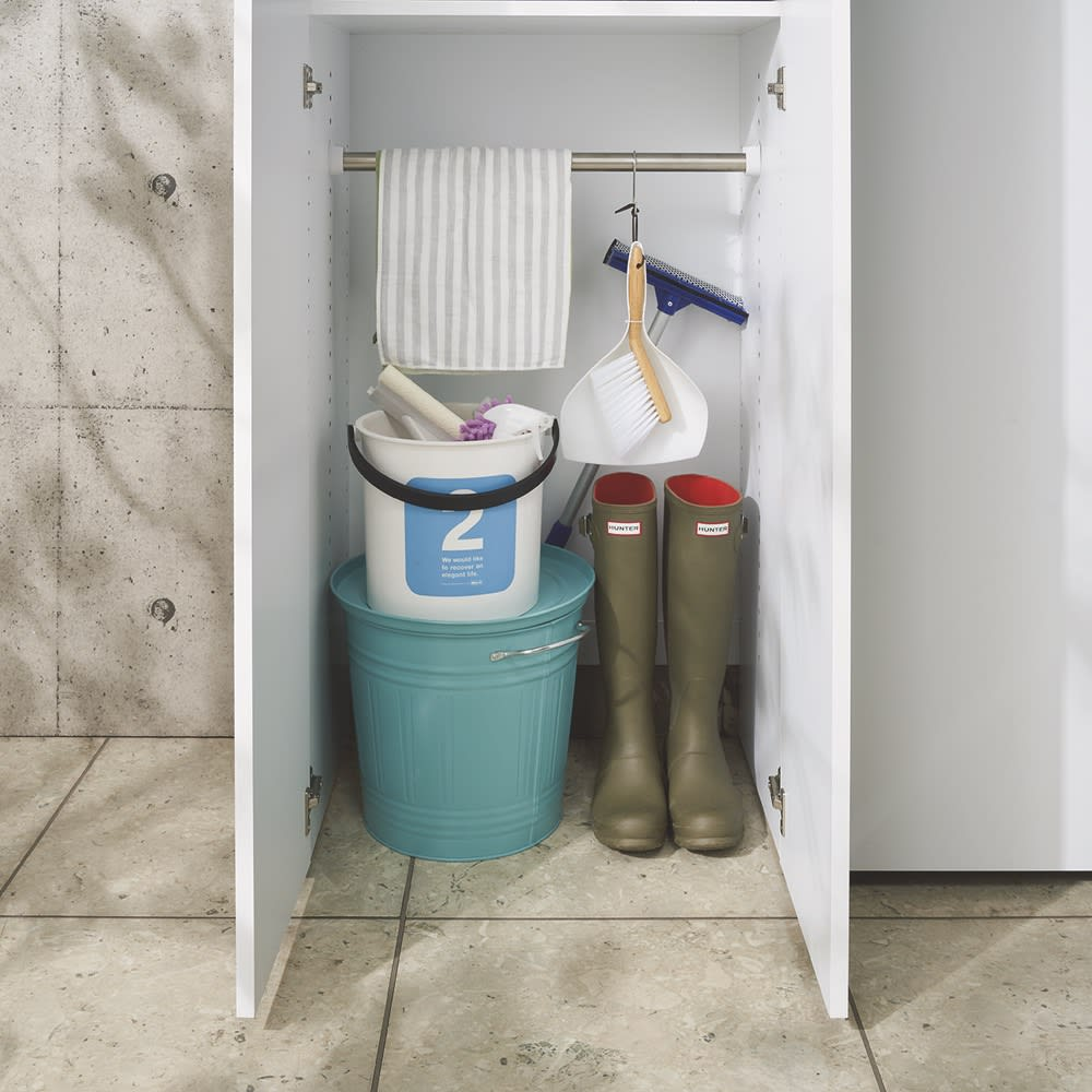 エントランス納戸シューズボックス バー付き 幅45cm 底板がないので汚れたバケツや濡れた靴を置いても安心。