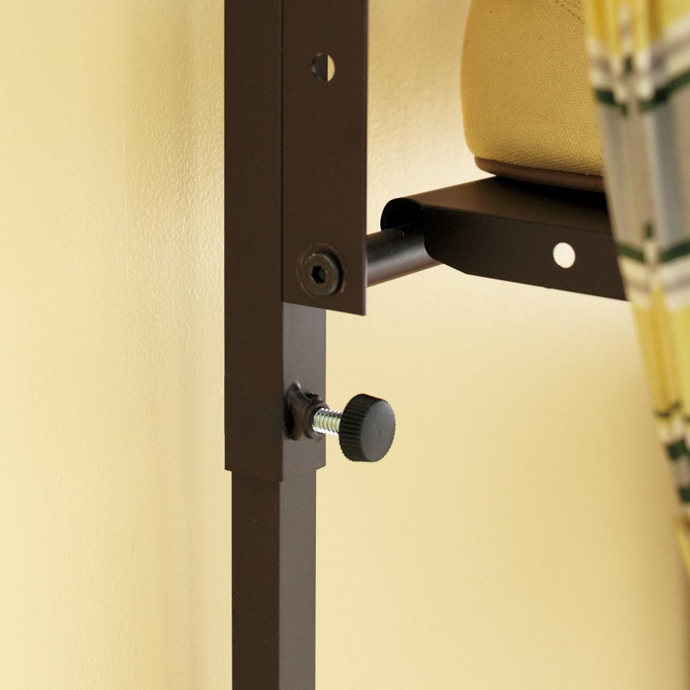 玄関の段差対応伸縮シューズラック 5段 脚部のつまみでしっかりと固定。