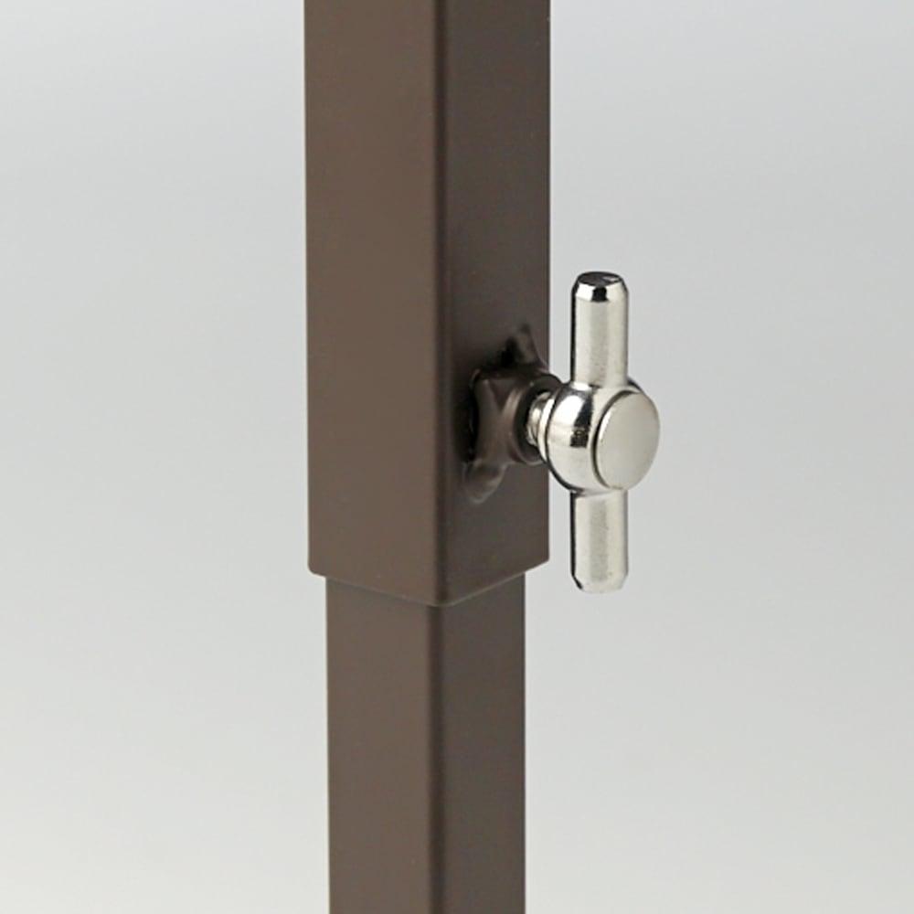 玄関の段差対応伸縮シューズラック 突っ張り式 11段ワイド スチール製の脚部のつまみで突っ張りをしっかりと固定。