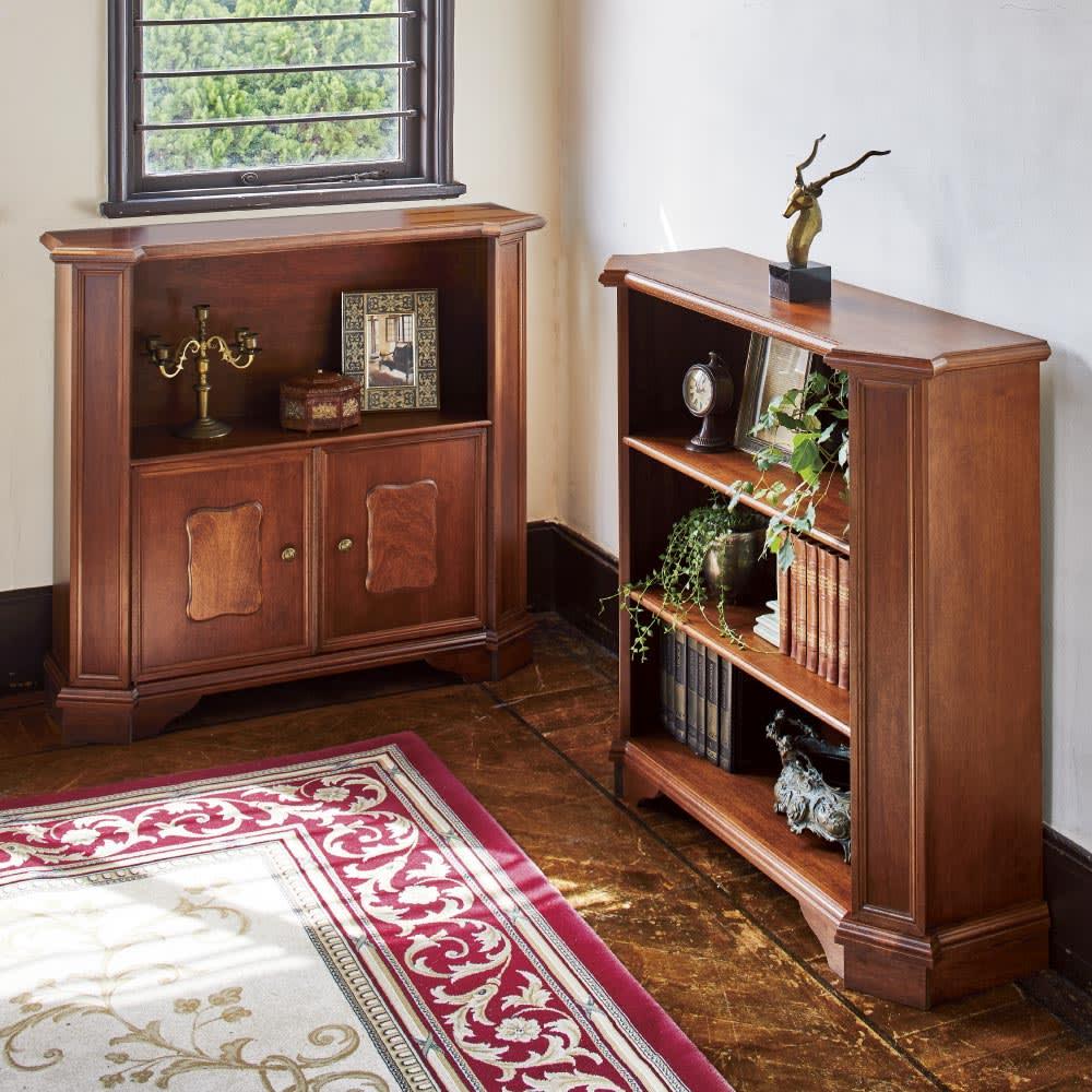 イタリア製ブックシェルフシリーズ 扉タイプ・高さ90cm コーディネート例 天然木の美しさと伝統的な意匠を生かしたイタリア製本棚が、格調高い空間を作り上げます。 ※お届けは写真左の扉タイプです。
