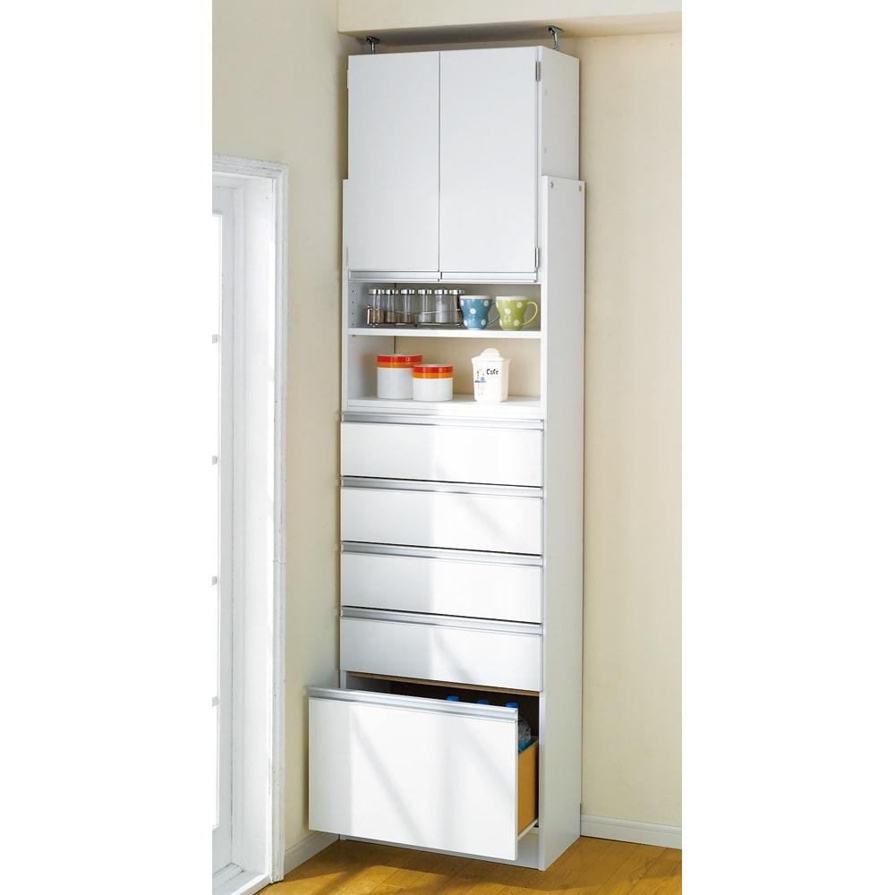 薄型で省スペースキッチン突っ張り収納庫 チェストタイプ 幅60cm・奥行31cm 狭いキッチンのスペース活かす技ありの薄型キッチンラック。  キッチン用品、調味料などの細々したものはもちろん、 食材のストックや小さいな食器などの収納も。
