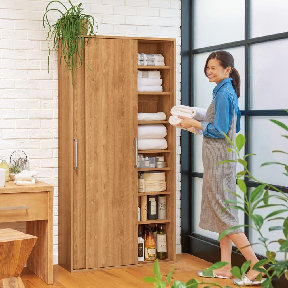 すっきり隠せる薄型引き戸収納庫 幅90cm 落ち着きのある天然木調ブラウンは洗面所にゆったりとした安らぎをもたらします。(イ)ブラウン ※写真は幅90cmタイプです。