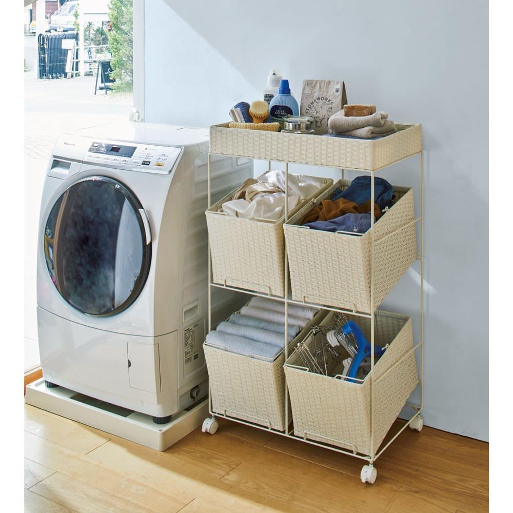 ラタン調サニタリーバスケットワゴン 幅56cm (ア)ホワイト おしゃれで通気性のよいラタン調。4つのバスケットに洗濯物が分類できます。