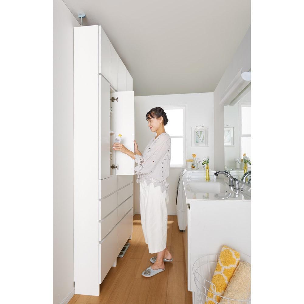 組立不要 天井まで使える薄型サニタリーチェスト 奥行23.5cm・幅60cm コーディネート例 狭い洗面所や脱衣所に置ける、見た目すっきりの薄型&天井突っ張りタイプ。