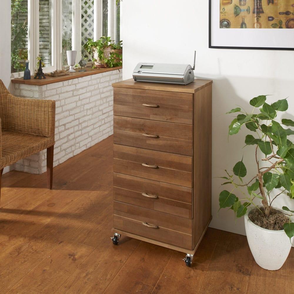 天然木多段チェスト 深5段・幅45cm (イ)ダークブラウン 素朴な風合いが魅力の収納チェスト。インテリアを邪魔しないデザインで電話台としても活用可能。