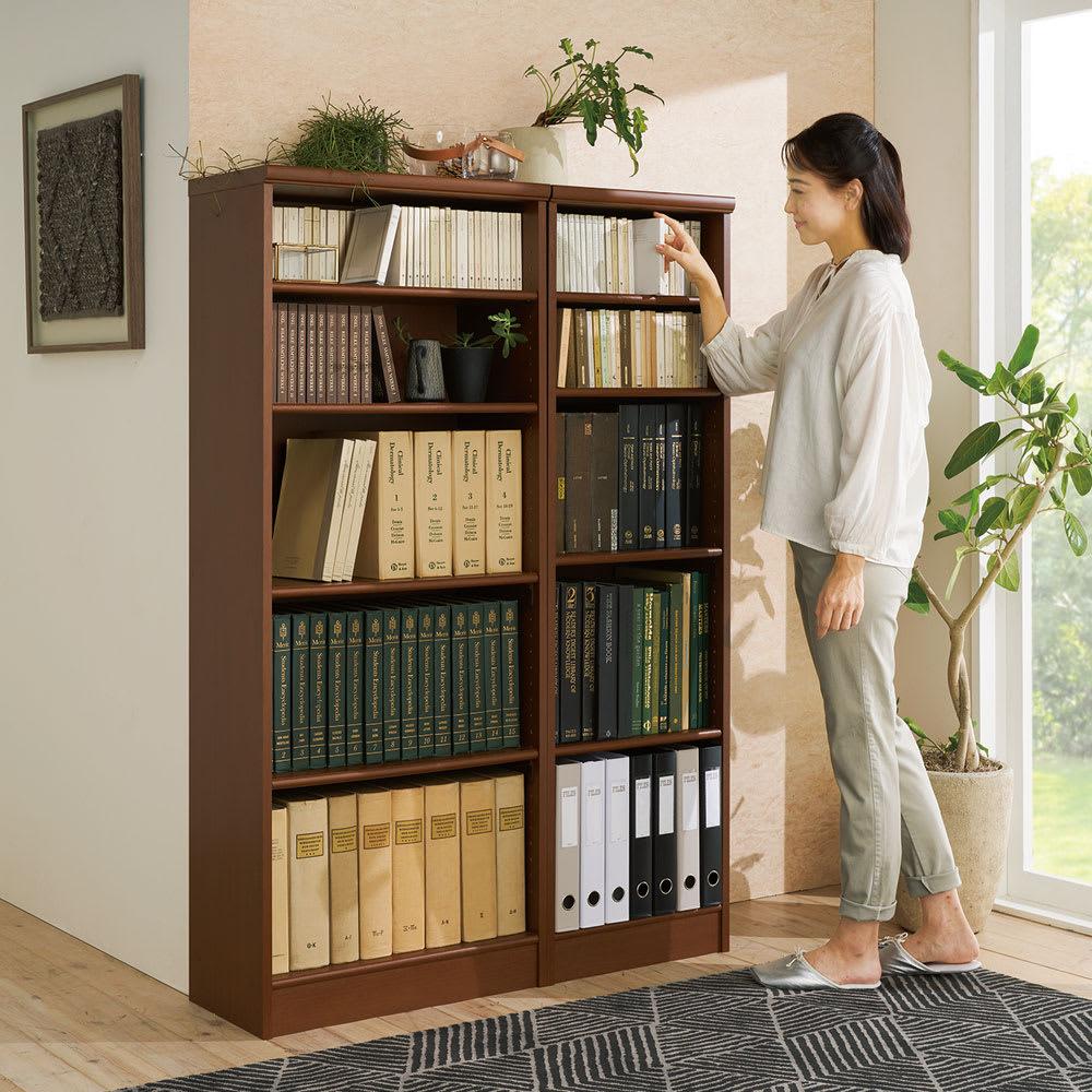 色とサイズが選べるオープン本棚 幅59.5cm高さ150cm コーディネート例(エ)ダークブラウン ※お届けは左側の本棚幅59.5cmです。 ※写真のモデル身長:164cm