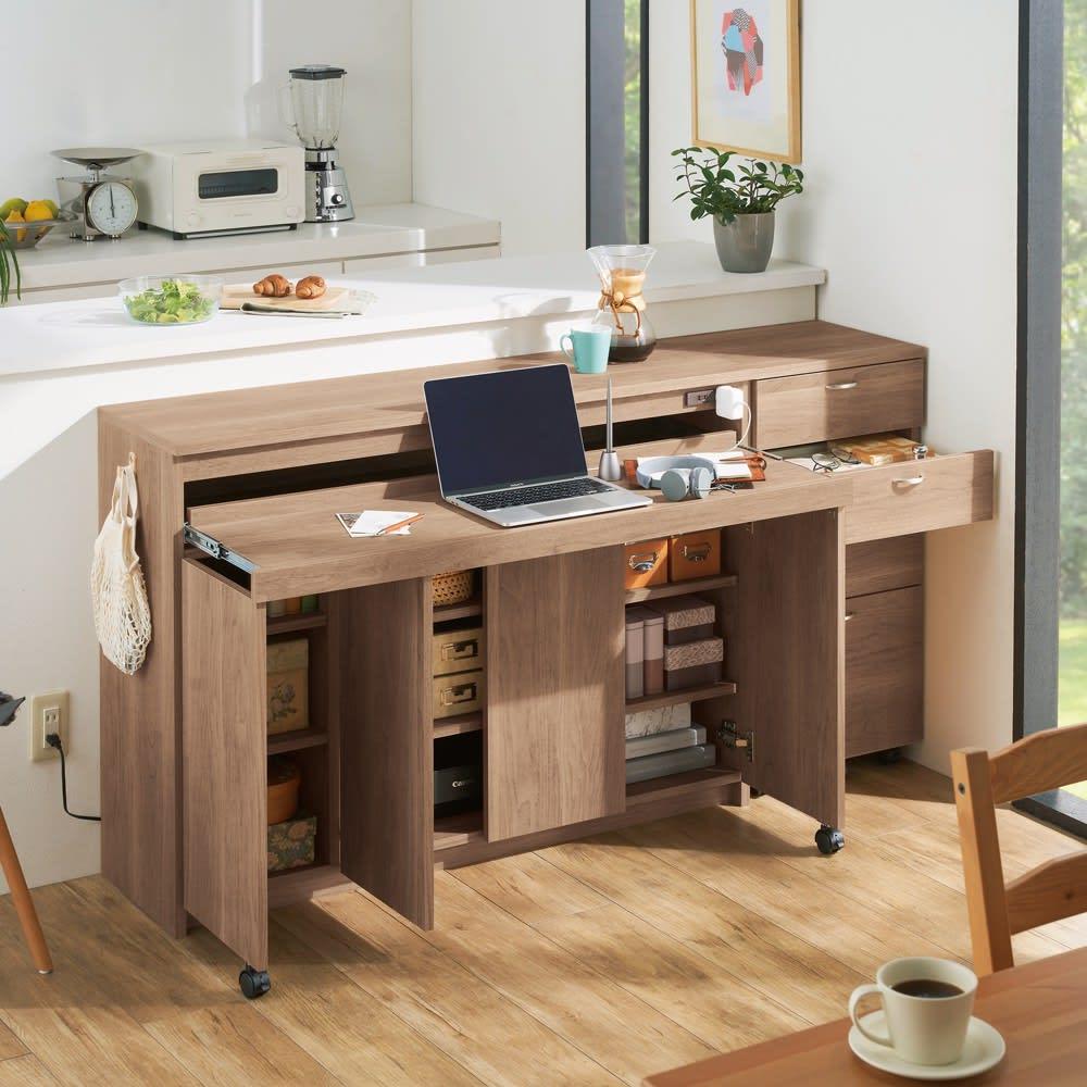 スライドテーブル付きカウンター下収納庫シリーズ チェスト幅41.7cm コーディネート例(ウ)オリジナルウォルナット サッと使えるデスクがダイニングにあると何かと便利。