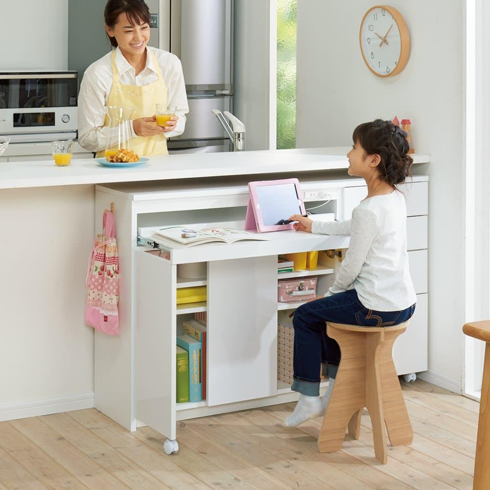 スライドテーブル付きカウンター下収納庫シリーズ チェスト幅41.7cm コーディネート例(ア)ホワイト(光沢) 調理中も目が届く、お子さまのリビング学習にも。