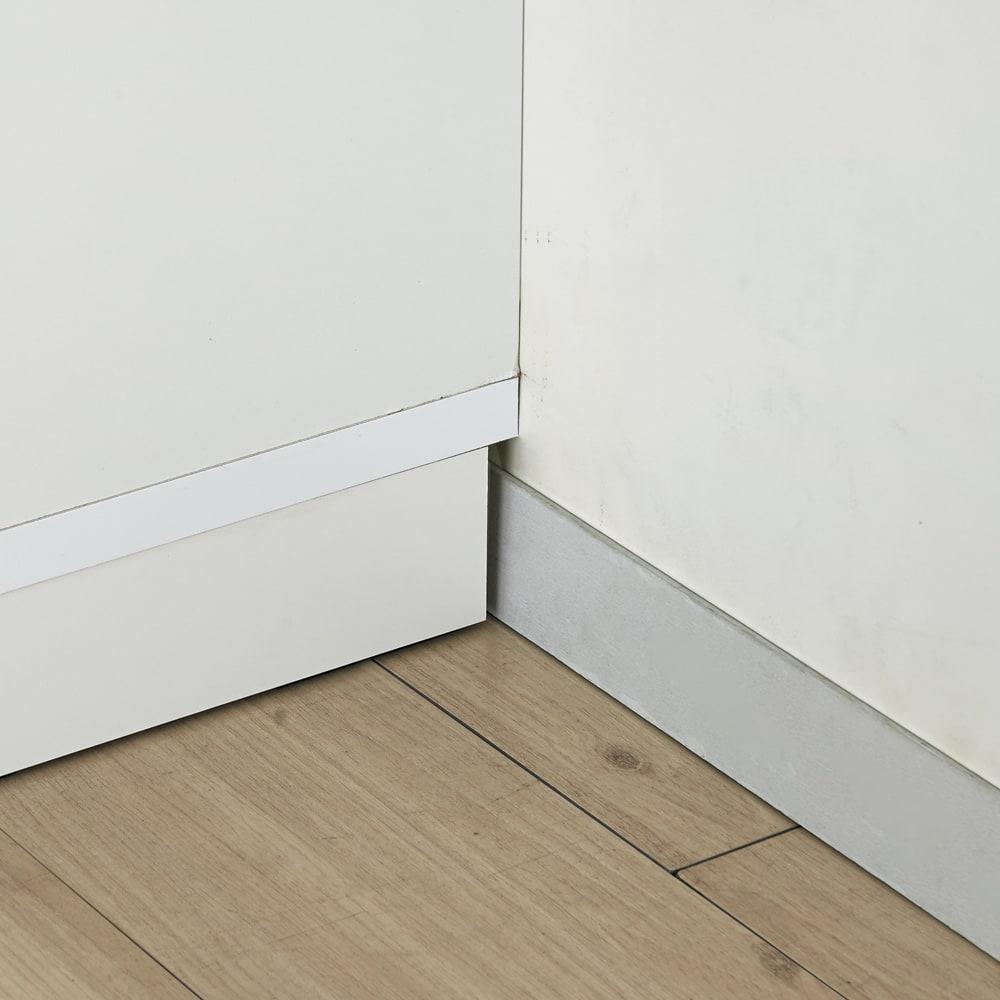 大型パントリーシリーズ スライド収納庫 板扉 幅118cm 幅木カット(7.5cm×1.5cm)で、幅木を避けて設置できます。