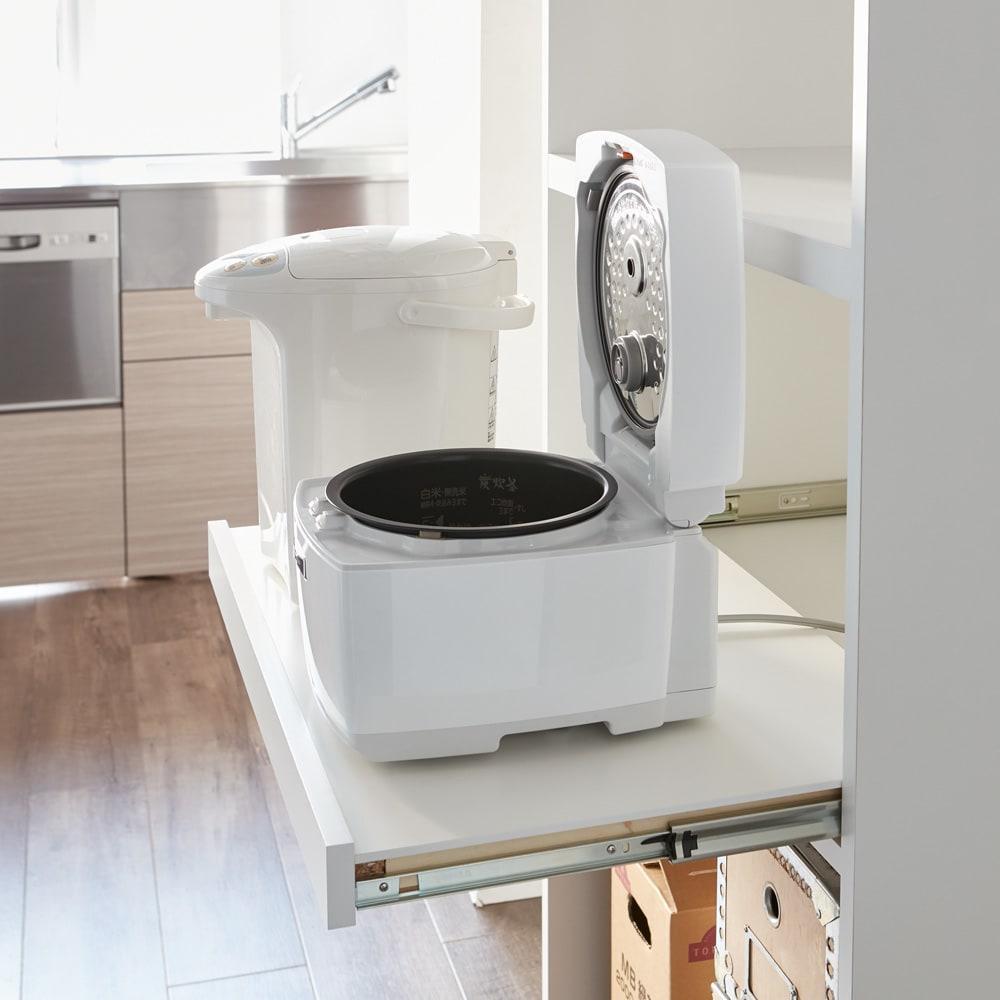 大型パントリーシリーズ レンジラック 下オープン 幅75.5cm 家電収納部はスライドトレー付。炊飯器の蓋を開けても当たらないよう工夫しています。