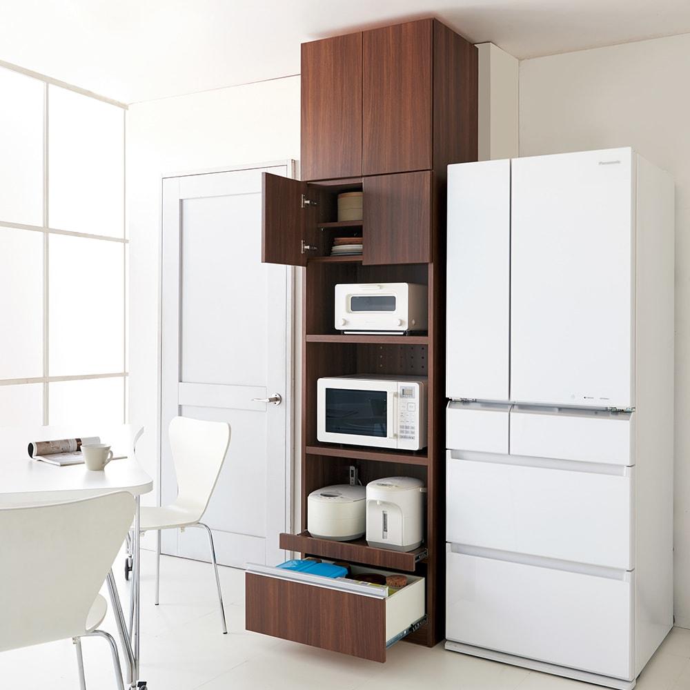 家電もストックもまとめて収納!天井ぴったりキッチンシリーズ レンジボード 幅60cm奥行50cm 別売りの上置きとのコーディネートで、収納力がさらにUPします。(ウ)ダークブラウン ※天井高さ240cm ※写真はレンジボード幅60cm+上置き幅60cmです。