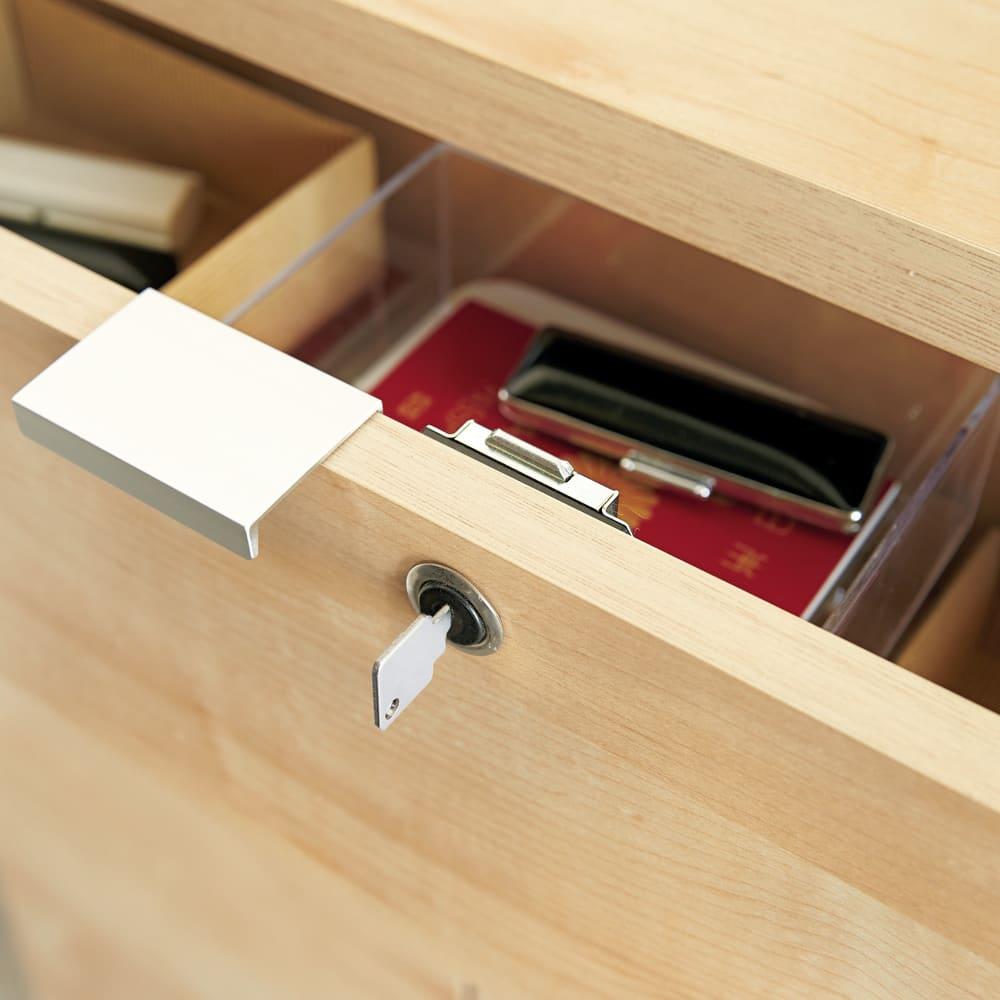 鍵付きカウンター下収納庫 3枚扉 《幅90cm・奥行30cm・高さ67~106cm/高さ1cm単位オーダー》 【最上段引き出しに安心の鍵付き】病院のカードやパスポート、家計簿などのちょっとした貴重品を安心してしまえます。 ※仕様変更のため、お届けする商品は鍵部分のパーツが黒から銀に変更になっております。