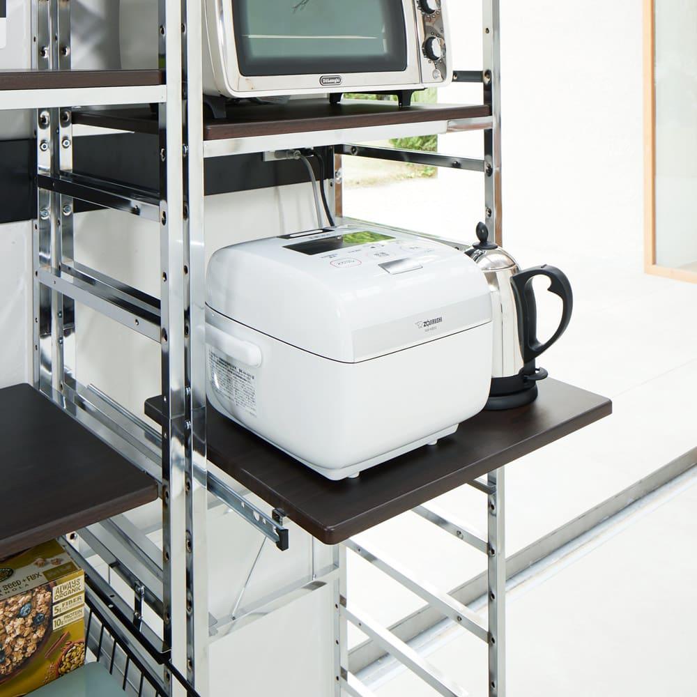 スタイリッシュなキッチン家電ラック ハイ 幅55.5cm 高さ182cm 蒸気が出る炊飯器なども安心して使えるスライドテーブル。約22cm引き出せます。