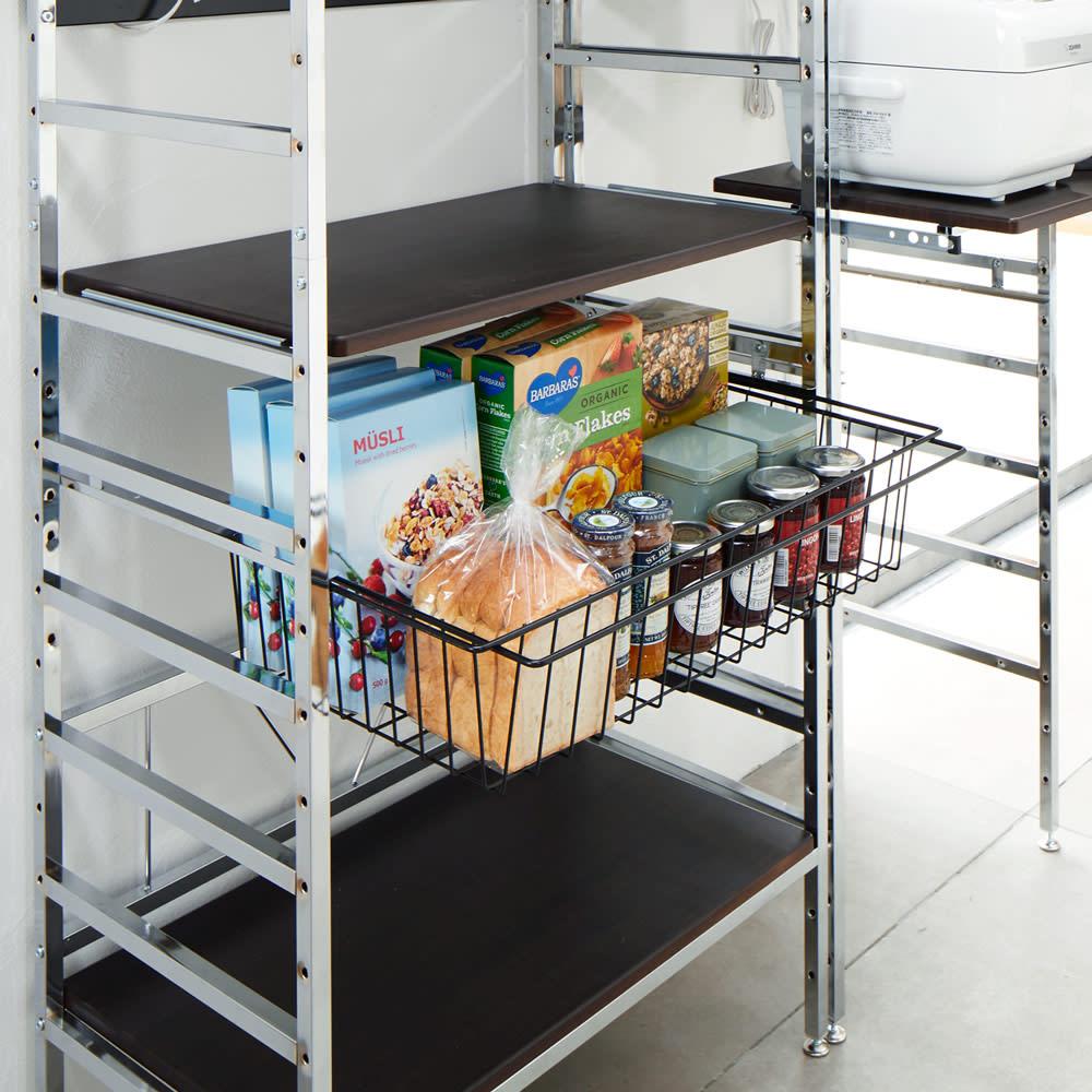 スタイリッシュなキッチン家電ラック ハイ 幅55.5cm 高さ182cm 引き出して使えるバスケット。パン、ジャム、シリアルなどの収納に。